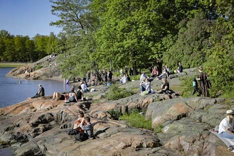 Lauantaina alkuillasta Helsingin Lapinlahden puistikot täyttyivät juhlaväestä. Poliisin mukaan alkuiltaan mennessä juhlinta oli sujunut rauhallisesti.