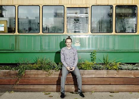 Mikko H. Haapojan Helsingin reitit -projektin kymmenvuotisnäyttely on esillä vanhassa raitiovaunussa Teurastamolla.