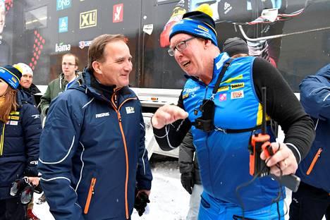 Ruotsin pääministeri Stefan Löfven (vas.) keskusteli Östersundissa maan ampumahiihtäjien päävalmentajan Wolfgang Pichlerin kanssa.