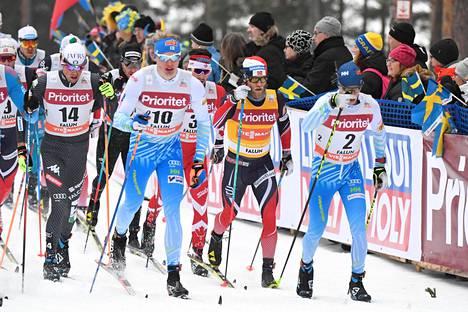 Iivo Niskanen (10) ja Matti Heikkinen (2) hiihtivät suurimman osan matkaa kärkiryhmässä.