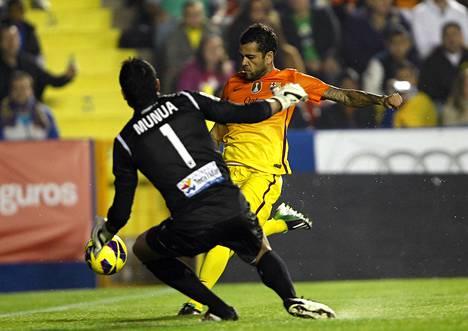 Barcelonan Dani Alves (oik.) loukkaantui Levantea vastaan pelaamassaan ottelussa, jossa hän kohtasi muun muassa maalivahti Gustavo Munuan.