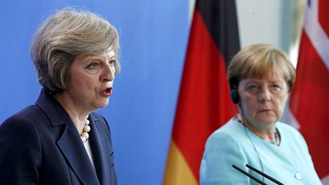 Saksan liittokansleri Angela Merkel (oik.) kuunteli Britannian pääministeriä Theresa Mayta lehdistötilaisuudessa Berliinissä heinäkuun loppupuolella.