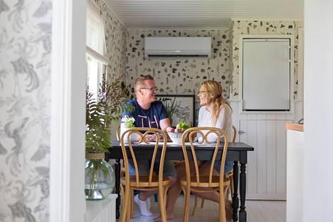 """""""Olipa urakka, mutta kannatti tehdä"""", sanovat Tiina Hovatta ja Jukka Ruuskanen."""