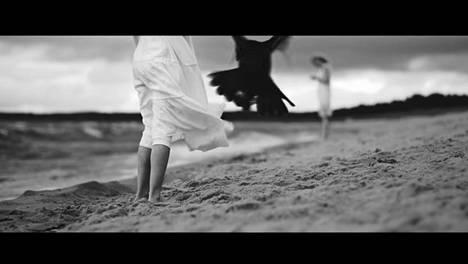 Helsingin kaupungin julkaisemalla mainosvideolla korppi sieppaa pikkutytön, kun äiti katselee puhelintaan.