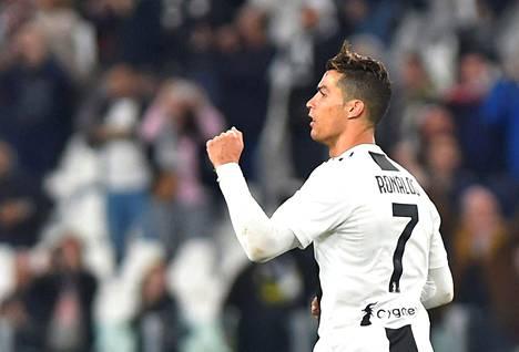 Cristiano Ronaldo kuvattuna kuluneen kauden pelipaidassa, jossa raidat vielä ovat.