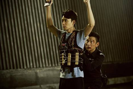J.S. Cheung (Andu Lau, kuvassa takana) kuuluu Hongkongin pomminpurkajien eliittijoukkoon Herman Yaun elokuvassa Shock Wave.