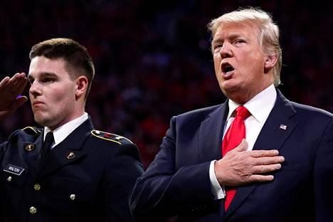Donald Trump ei laulanut kansallislaulua kokonaan.