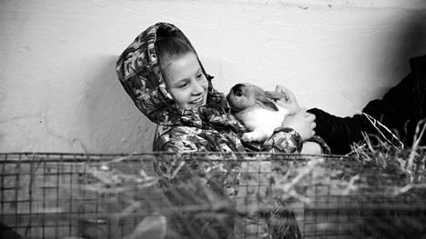 Rakas äitini -dokumentin päähenkilö Dasha kasvoi Kantalahden orpokodissa Murmanskin alueella.
