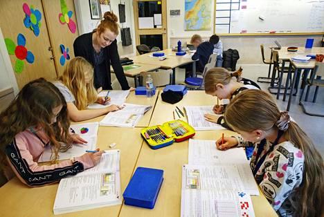 Elin Maria Örneskans opetti viidesluokkalaisia Tukholmassa maaliskuun lopulla.