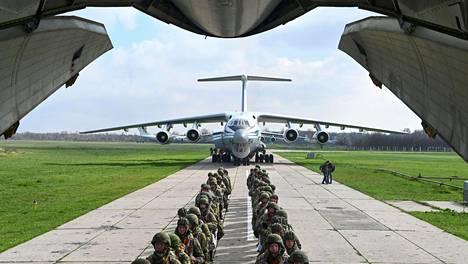Venäjän ilmavoimien sotilaita siirtyi kuljetuskoneeseen Taganrogissa lähellä Ukrainan rajaa torstaina.