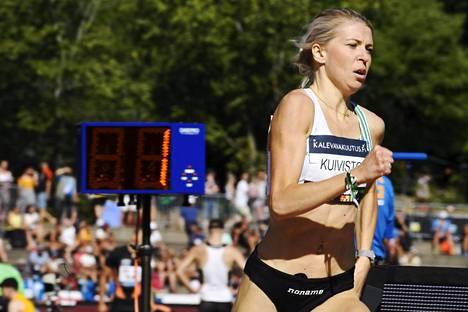 Sara Kuivisto juoksi keskiviikkona uuden 1000 metrin SE:n. Kuvassa Kuivisto voittaa päämatkansa 800 metrin SM-kultaa elokuisissa Kalevan kisoissa.