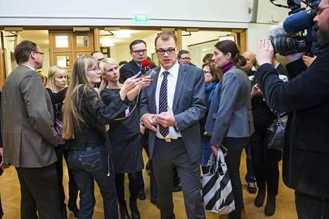 Emilia Kukkala ja Pontus Purokuru arvostelevat journalismikritiikissään toimittajia objektiivisuuden puutteesta. – Pääministeri Juha Sipilä median ympäröimänä eduskunnassa kesäkuussa 2015.