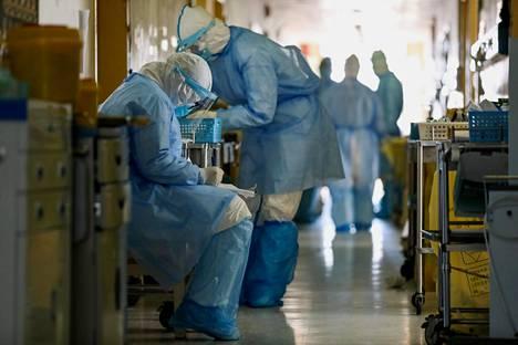 Hoitajia Wuhanin koronavirussairaalassa sunnuntaina.