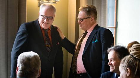 Juhana Vartiainen (oik.) toivotti Kaj Turusen tervetulleeksi kokoomukseen eduskunnan kahvilassa