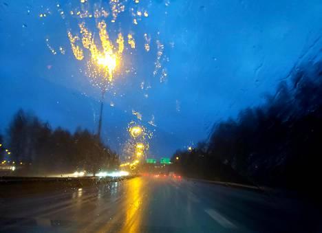 Voimakas tuuli riepotteli suurinta osaa Suomesta illan ja yön aikana. Vesisade ja kova tuuli huononsivat näkyvyyttä Lahdentiellä sunnuntaina.