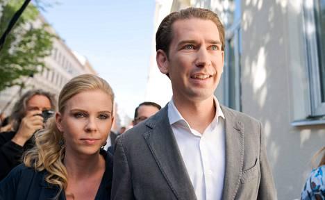 Sebastian Kurtz saapui sunnuntaina äänestyspaikalle Wienissä yhdessä tyttöystävänsä Susanne Thierin kanssa.