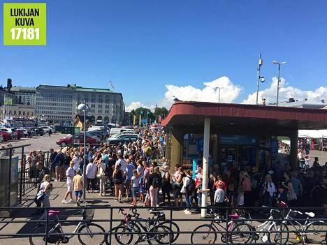 Pitkät jonot vaivasivat Suomenlinnaan menijöitä keskiviikkona.