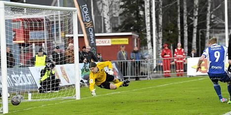 Mikael Forssell (oik.) puski HJK:n johtomaalin ohi Hongan veräjänvartijan Tuomas Peltosen.