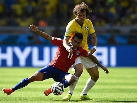 Eduardo Vargas (edessä) taisteli Brasilian David Luizin kanssa kesän MM-kisoissa.