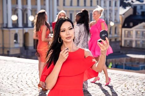 Sinkut paljaana -sarjan kolmannessa jaksossa meikit pesee pois Tiktok-sisällöntuottaja ja lihatiskin myyjä Kaisa Nieminen.