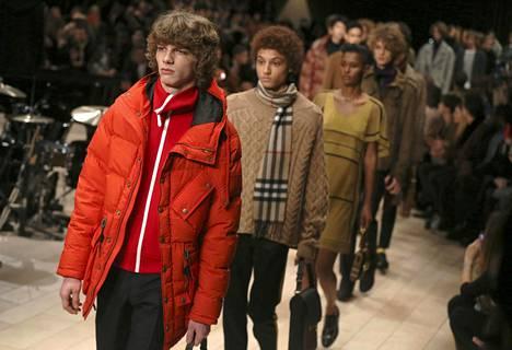 Mallit esittelevät Burberryn vaatteita muotinäytöksessä Lontoossa tammikuussa 2016. Toisen mallin kaulahuivissa Burberryn ikoninen ruutukuosi.