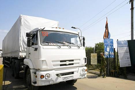 Nuori mieskuljettaja ajoi yhden venäläisistä avustusrekoista Ukrainaan Izvarinon raja-aseman kautta perjantaina.