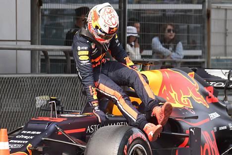 Max Verstappen hyppäsi pois autostaan aika-ajojen jälkeen.