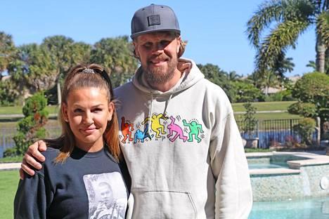 Katerina ja Olli Jokinen ovat viihtyneet vuosia Floridassa. Katerina ja lapset ovat edelleen siellä, kun koulut ovat kesken.
