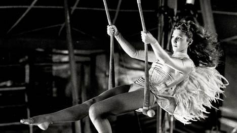 Solveig Dommartin esitti sirkusprinsessa Marionia Berliinin taivaan alla -elokuvassa.