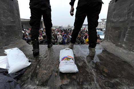 Venäläiset sotilaat jakoivat ruoka-apua Syyrian hallituksen kontrollissa olevassa Jibreen kaupunginosassa keskiviikkona.