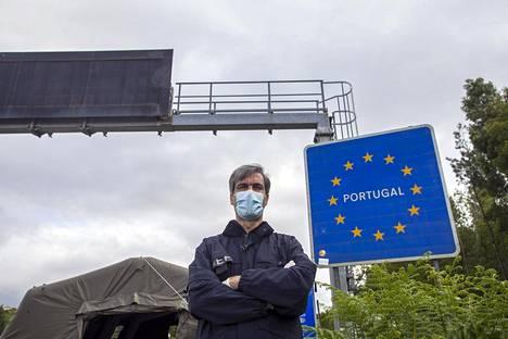 """Rajavalvonnasta ja maahanmuutosta vastaavan viraston ylitarkastaja António Lima arvelee, että Espanjan pahempi koronatilanne huolestuttaa osaa portugalilaisista rajaliikenteen vapautuessa. """"Aikataulusta päättäminen kuuluu valtioiden poliitikoille"""", hän kertoo maiden vilkkaimmalla ylityspaikalla Valençassa Pohjois-Portugalissa."""
