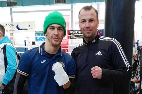 Arslan Khataev (vas.) nyrkkeilee Sebastian Zbikin valmentamassa joukkueessa.
