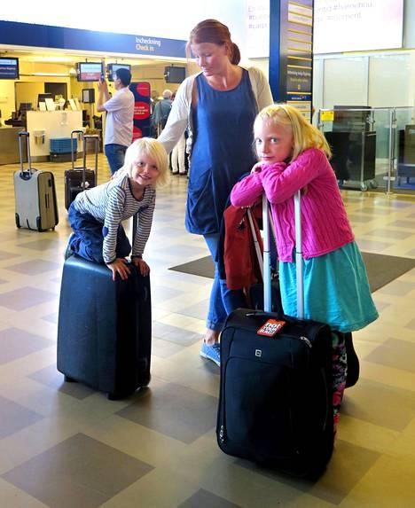 Carolina Vidén ja lapset Charlie ja Cajsa Ricknell olivat keskiviikkona matkalla Roomaan Tukholmasta Bromman lentokentältä.