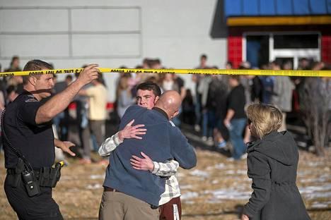 Poliisi eristi alueen. Vanhemmat pääsivät oppilaiden luokse, kun tilanne oli ohi.