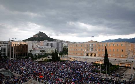 """Tuhansia ihmisiä kokoontui tiistaina Ateenan keskusaukiolle protestoimaan """"euron puolesta""""."""