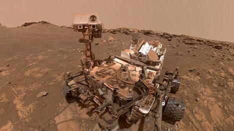 Marsmönkijä Curiosity kuvasi itsensä lähellä harjanteen huippua 26. helmikuuta. Lähes 2 700 matkapäivää karussa ja pölyisessä Marsissa näkyy jo laitteen rungossa.