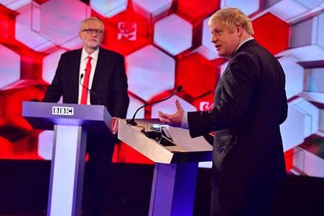 Jeremy Corbyn (vas.) ja Boris Johnson kohtasivat perjantain vaaliväittelyssä.