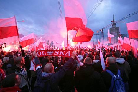 Äärioikeisto järjesti itsenäisyyspäivän marssin lauantaina Varsovassa.