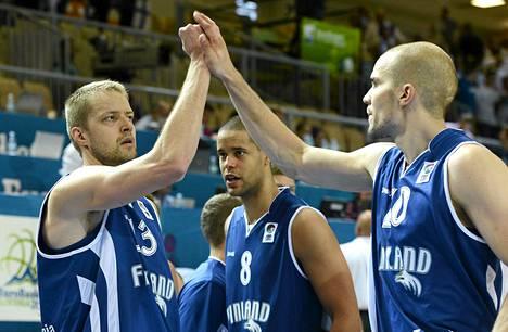 Suomen koripallomaajoukkueen Hanno Möttölä, Gerald Lee jr ja Tuukka Kotti juhlivat voittoa Turkista EM-koripallo-ottelussa syyskuussa.