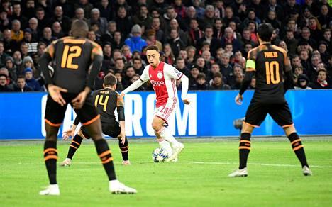 Ajaxin yhdysvaltalainen puolustaja Sergiño Dest (kesk.) lähti etuajassa kotiin seuran Qatarin-leiriltä Yhdysvaltojen ja Qatarin naapurimaan Iranin kireiden suhteiden takia.
