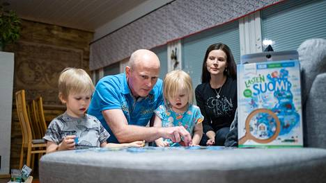 Kun rahtilaivan päällikkönä työskentelevä Juha Kokkonen palaa meriltä kotiin Iisalmeen, hän pyrkii korvaamaan menetettyä aikaa ja tekemään enemmän kuin oman osuutensa kotihommista. Koronavuonna vastuu Iisalmen kodista sekä Selinasta ja Aleksista oli vahvasti Kokkosen puolison Mervi Kvistin harteilla.