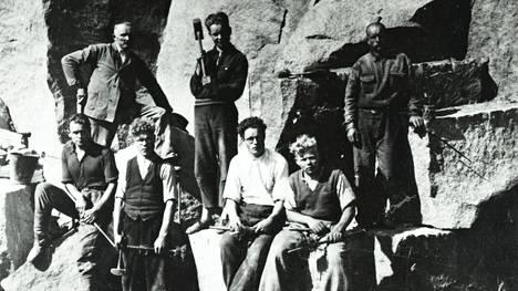 Suomen kiviteollisuus oy kiinnostui 1930-luvulla Espoon punaisesta graniitista. Kuvassa on Suomen kiviteollisuus oy:n työmiehiä Espoon louhoksella vuonna 1937.