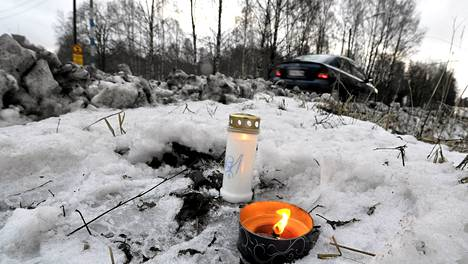 Rattijuopon yliajamaa tyttöä muistettiin kynttilöin Helsingin Viikissä tammikuun alussa.
