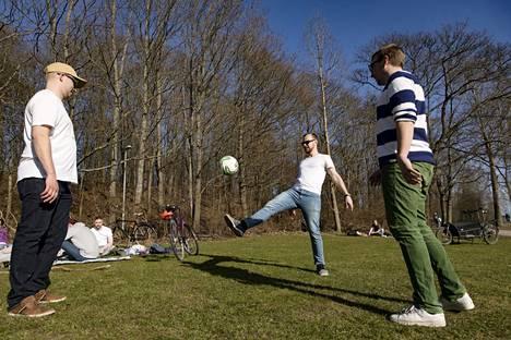 Jussi Vasara (right), Pentti Itkonen and Vellu Piirainen played ball in the Kumpula meadow.