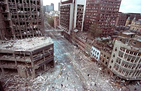Autopommi tuhosi rakennuksia, tappoi ainakin yhden ja haavoitti yli 40 ihmistä Lontoon talouskeskus Cityssä huhtikuussa 1993. Irlannin tasavaltalaisarmeija IRA kertoi tehneensä iskun.