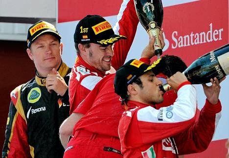 Kimi Räikkönen seurasi sivusta, kun Ferrari-kuljettajat juhlivat Barcelonan GP:ssä.