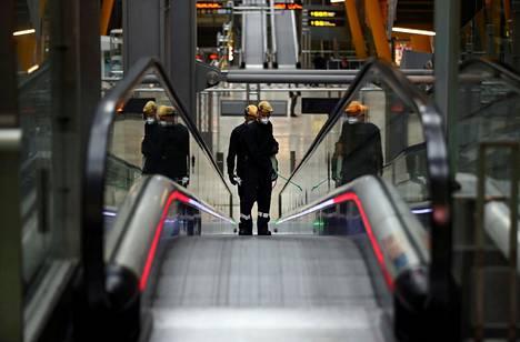 Armeijan henkilökunta desinfioi Madridin lentokenttää viime viikolla Espanjanssa.