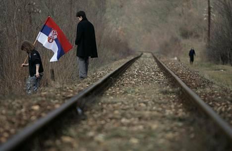 Kosovon serbejä osoittamassa mieltään Pohjois-Kosovossa sijaitsevalla Jarinjen raja-alueella helmikuussa 2008, jolloin Kosovo irtaantui Serbiasta.