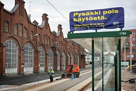 VR:n Vallilan konepaja-alueen läpi kulkee raitiovaunu 9:n reitti.