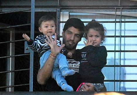 Luis Suárez palasi MM-kisoista kotiin saatuaan yhdeksän maajoukkueottelun pelikiellon.